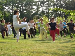 Un exercice de Qi gong en groupe dans un jardin