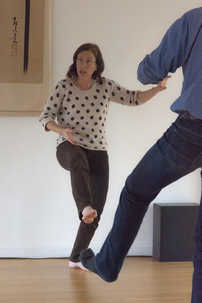 Simone Pétrequin, professeur de Tai chi, explique la sensation d'enracinement dans un mouvement de Tai ji quan